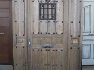Puerta de calle rústica :  de estilo  de Carpintería Artes Robles S.L.