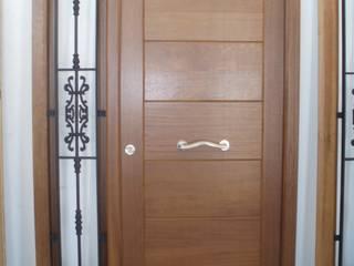 Puerta de calle vanguardista en madera mazica.:  de estilo  de Carpintería Artes Robles S.L.
