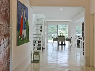 Country style corridor, hallway& stairs by IDALIA DAUDT Arquitetura e Design de Interiores Country