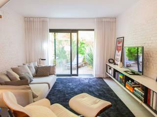 CASA PINHEIROS: Salas de estar  por ivan ventura arquitetura