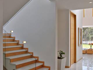 Casa M Pasillos, vestíbulos y escaleras modernos de Agraz Arquitectos S.C. Moderno