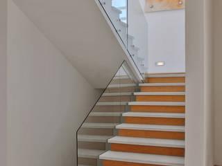 Modern corridor, hallway & stairs by Agraz Arquitectos S.C. Modern