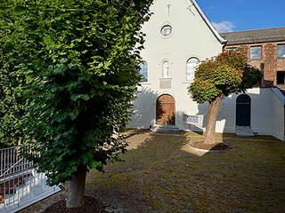 Restauration et réaffectation de la chapelle des Capucins à Stavelot: Lieux d'événements de style  par artau architectures