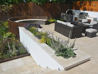 A family entertaining garden Modern garden by Robert Hughes Garden Design Modern