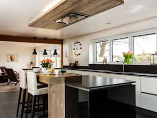 Project 8 Nobilia 20mm Focus door in Ivory and Black Cocinas de estilo moderno de Eco German Kitchens Moderno