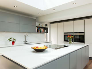 Nobilia Project 10 Laser door in white and mineral grey laminate with a continuous stainless steel handle rail Cocinas de estilo moderno de Eco German Kitchens Moderno