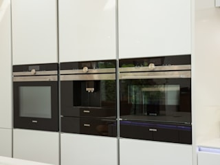 Nobilia Project 11 Gloss lacquer in white with continuous handle rail 現代廚房設計點子、靈感&圖片 根據 Eco German Kitchens 現代風