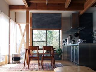 「土間と一体的なリビング」葉山真名瀬の家 オリジナルデザインの ダイニング の アーキラボ 一級建築士事務所 オリジナル