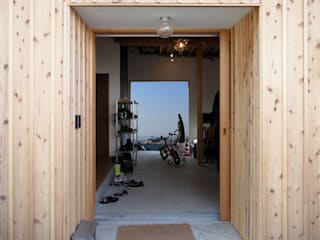 「土間と一体的なリビング」葉山真名瀬の家 オリジナルスタイルの 玄関&廊下&階段 の アーキラボ 一級建築士事務所 オリジナル