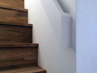「コンパクトに過ごす場所」秋谷の家 モダンスタイルの 玄関&廊下&階段 の アーキラボ 一級建築士事務所 モダン