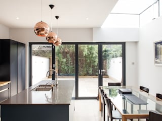 CALABRIA ROAD Nic Antony Architects Ltd モダンな キッチン