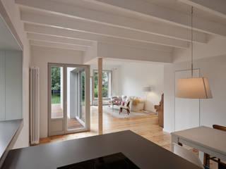 kitchen & living room:  Living room by brandt+simon architekten