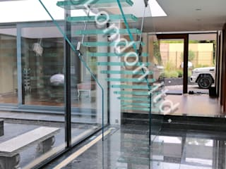 Glass stairs Moderner Flur, Diele & Treppenhaus von Railing London Ltd Modern