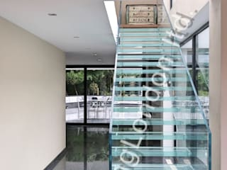 Glass stairs Corredores, halls e escadas modernos por Railing London Ltd Moderno