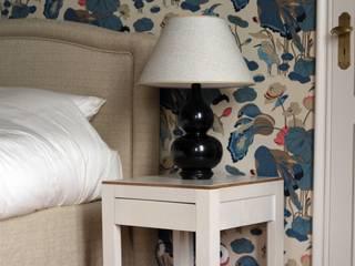 Tables de chevet en parchemin et noyer en collaboration avec La Sablière Interiors (Bruxelles):  de style  par MAISON LOUIS-MARIE VINCENT