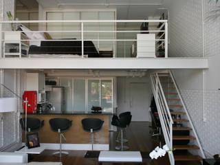 Industrial style kitchen by Célia Orlandi por Ato em Arte Industrial