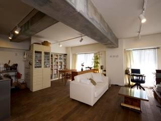 アンティークな家具たちが映えるお部屋に: 株式会社スタイル工房が手掛けたです。