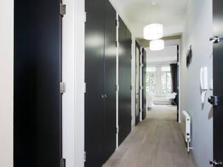 City Apartment Pasillos, vestíbulos y escaleras de estilo moderno de THE FRESH INTERIOR COMPANY Moderno