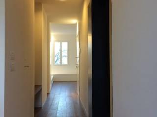 casa b: Ingresso & Corridoio in stile  di effesseprogetti®