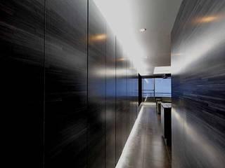 熱海Kヴィラ: TAPO 富岡建築計画事務所が手掛けた廊下 & 玄関です。