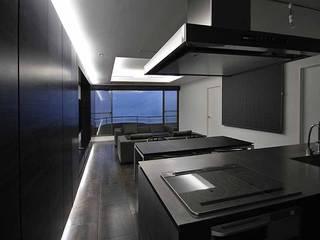熱海Kヴィラ: TAPO 富岡建築計画事務所が手掛けたキッチンです。