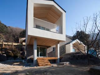 양평 바위마당 집: 리슈건축 의  주택