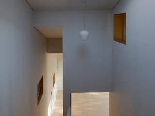 양평 바위마당 집: 리슈건축 의  복도 & 현관