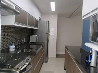Modern kitchen by Escritório de Arquitetura Cláudia Mendonça Modern