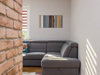 Mieszkanie na Ursusie -Szarość z drewnem Nowoczesny salon od ZAWICKA-ID Projektowanie wnętrz Nowoczesny
