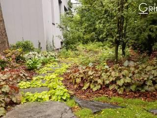 Ogród leśny z kaskadą wodną od GRINER Architektura Krajobrazu