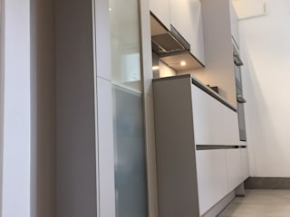 Nobilia Project 13 Laser 20mm matt laminate flat door in a mineral grey Cocinas de estilo moderno de Eco German Kitchens Moderno