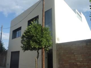 VIVIENDA ENCIMADA CON PATIO. TALAVERA LA REAL (BADAJOZ): Casas de estilo  de ARUP4