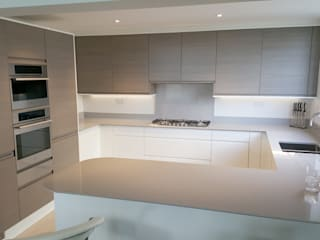 Warm Grey Oak and High Gloss Cream handleless kitchen Modern kitchen by Meridien Interiors Ltd Modern
