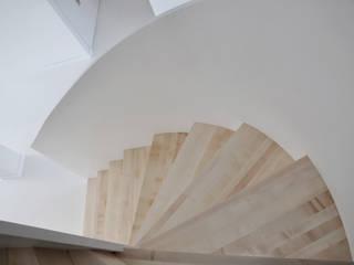 Beata jak Biały Minimalistyczny korytarz, przedpokój i schody od PULVA Minimalistyczny