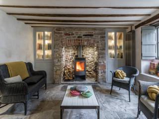 Miner's Cottage II: Living Room Salas de estilo rústico de design storey Rústico