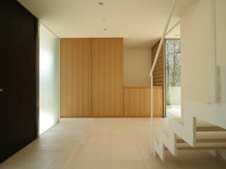TAKE ONE: Atelier Squareが手掛けた廊下 & 玄関です。,モダン