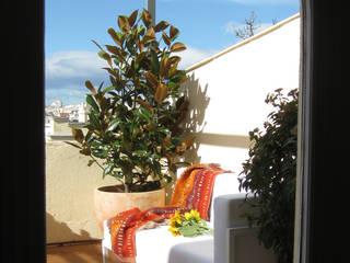 Modern balcony, veranda & terrace by +2 Modern