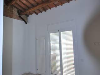 HABITATGE UNIFAMILIAR ENTRE MITGERES: Dormitorios de estilo  de IMMAGINIespais