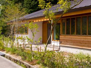 道路から玄関ポーチを臨む: エイチ・アンド一級建築士事務所 H& Architects & Associatesが手掛けた家です。