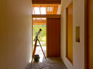 Corridor and hallway by エイチ・アンド一級建築士事務所 H& Architects & Associates