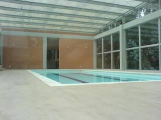 Piscine moderne par Vertice Oficina de Arquitectura Moderne
