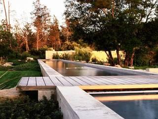 Mit der Wilde Natur den Garten gestallten Rustikale Pools von Ecologic City Garden - Paul Marie Creation Rustikal