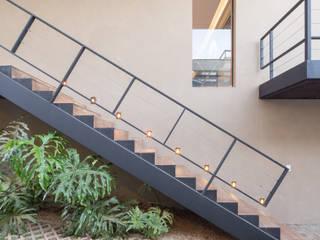 Casa LA - Esquadra Arquitetos + Yi arquitetos: Corredores e halls de entrada  por Joana França,Moderno