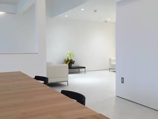 水谷壮市 Couloir, entrée, escaliers modernes Bois Blanc