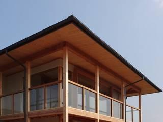 深い軒のある家 ラスティックな 家 の FrameWork設計事務所 ラスティック