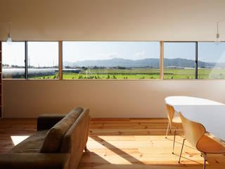 Minimalist living room by ハルナツアーキ Minimalist