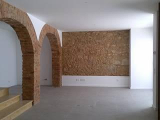 Apartment refurbishment - Estefânea, Lisbon 2016: Salas de estar  por QFProjectbuilding, Unipessoal Lda,Industrial
