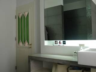 Gloria House, S. José Lisbon 2010: Casas de banho  por QFProjectbuilding, Unipessoal Lda,Clássico