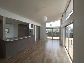 小田原の家: 桑原茂建築設計事務所 / Shigeru Kuwahara Architectsが手掛けたリビングです。