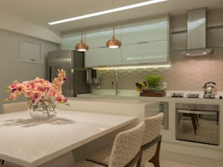 Renata Matos Arquitetura & Business KitchenTables & chairs Glass Beige
